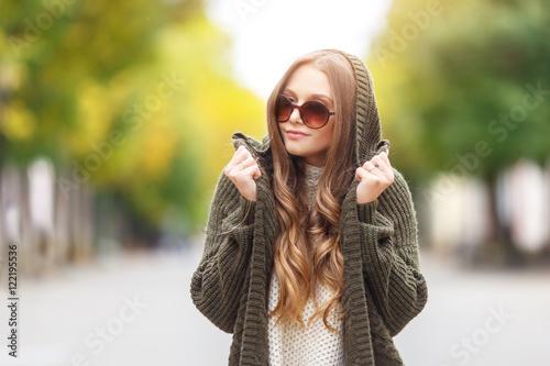 Fotografía  Portrait of a beautiful female model in autmn clothes outdoor