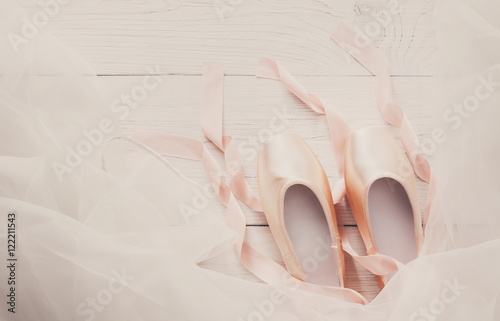 Fotografie, Obraz  Pink ballet pointe shoes and tutu on white wood background