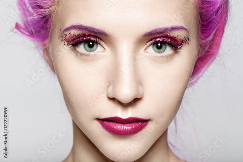zblizenie-twarzy-kobiety-z-blyszczacym-modny