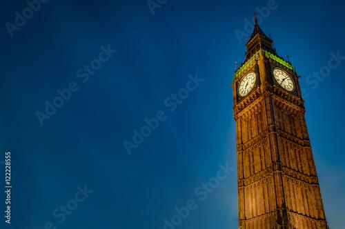 Fotografia  Zbliżenie Big Ben przeciw zmroku - niebieskie niebo przy nocą z kopii przestrzen