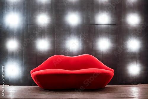 Fotografia Beautiful luxury red lips sofa on grey background with lights