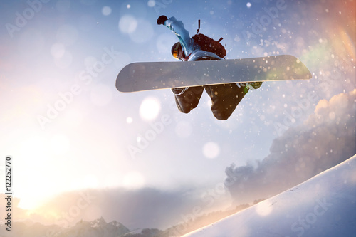 fototapeta na drzwi i meble Snowboarder im Sprung