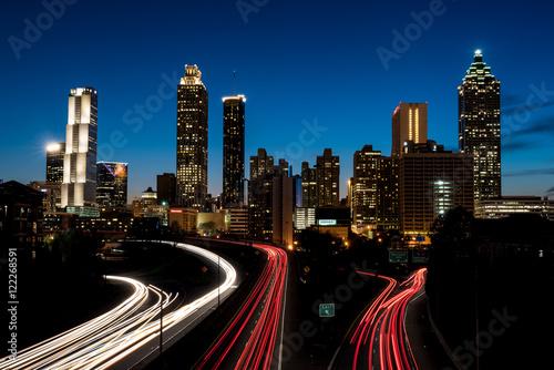 Obraz na dibondzie (fotoboard) W centrum Atlanta przy zmierzchem z samochodowymi światłami