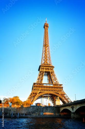 Montage in der Fensternische Gelb Schwefelsäure Eiffel Tower over Seine river, Paris, France, retro toned