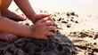 Ребенок играет песком