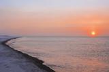 Zachód słońca przez porywisty śnieg tworzy sundog nad Morzem Beauforta wzdłuż wybrzeża na obrzeżach Barrow, Winter, Arctic Alaska, USA. - 122291787