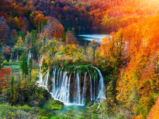 Plakat Amazing waterfall and autumn colors in Plitvice Lakes
