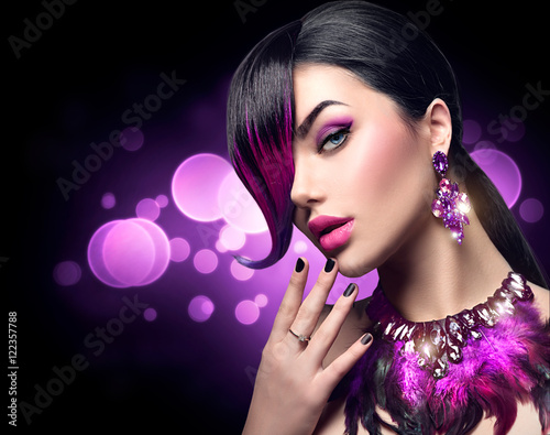 Foto op Plexiglas Beauty Sexy beauty fashion woman with purple dyed fringe hairstyle