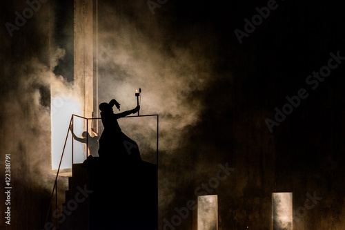 Photo  wizard magician silhouette holding a torch