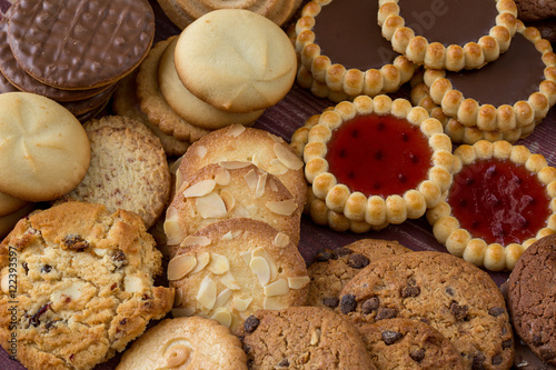 Tuinposter Koekjes des biscuits et des tartelettes sur une table