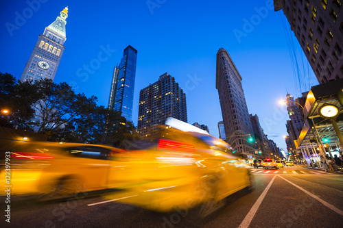 Staande foto New York TAXI Defocus motion blur view of yellow taxis driving through the city streets at dusk in New York City, USA
