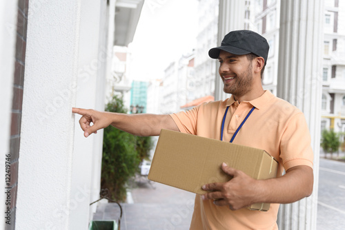 Photographie  Young man making home delivery