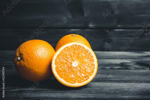 pomaranczowy-pokrojony-na-pol-owocowy-na-czarno