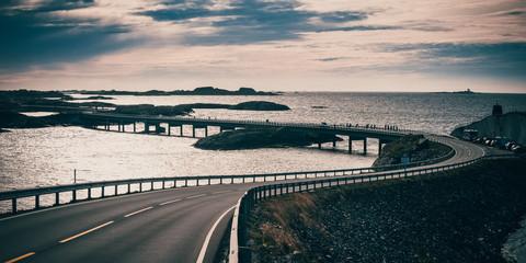 Most Storseisundet, główna atrakcja drogi atlantyckiej. Norwegia. Hrabstwo Møre og Romsdal. Styl retro