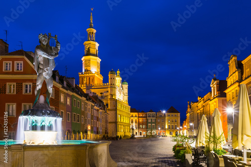 Obraz na dibondzie (fotoboard) Nocne zdjęcie poznańskiej Starówki z figurą św. Jana Nepomucena i licznymi iluminowanymi kamienicami.