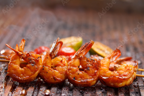 Poster Schaaldieren Fresh hot grilled shrimp skewers on the grill