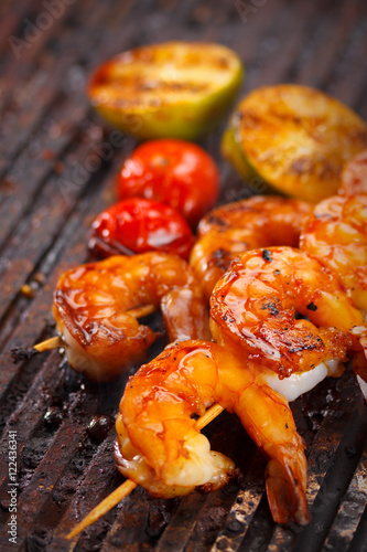 Poster Coquillage Fresh hot grilled shrimp skewers on the grill