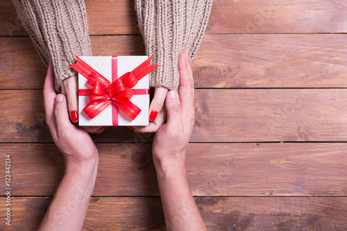 Photo  Woman with man holding a christmas gift