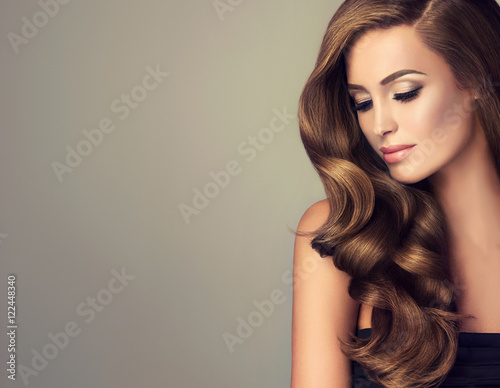 Foto  Beautiful model  girl with long wavy  and shiny  hair