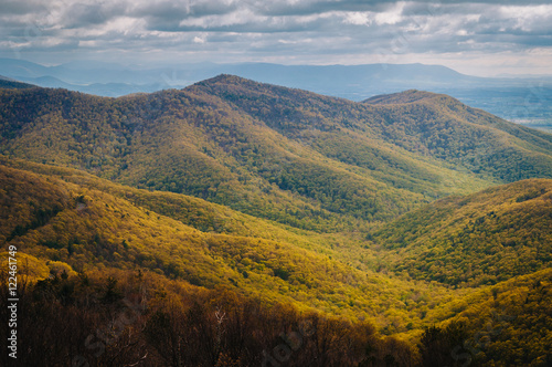 Fotobehang Crimson View of spring color in the Blue Ridge Mountains from Blackrock