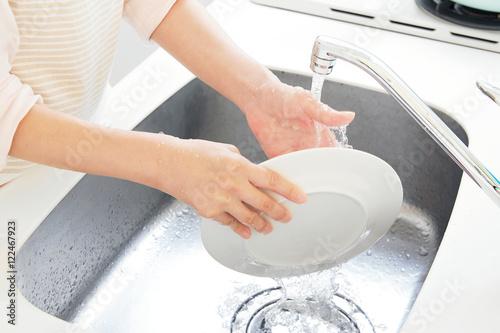 Fotografía  キッチンに立つ女性 ボディパーツ 皿洗い