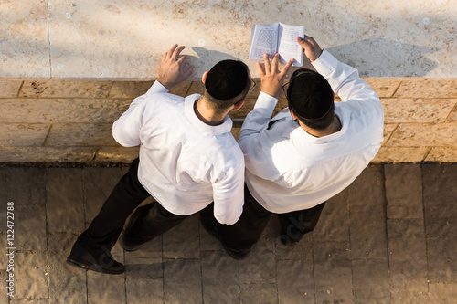 Fotografía Two Jewish men praying before the Jewish New Year, early morning