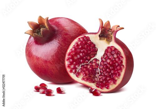 owoc-granatu-i-przekrojona-polowka-w-zblizeniu-na-bialym-tle