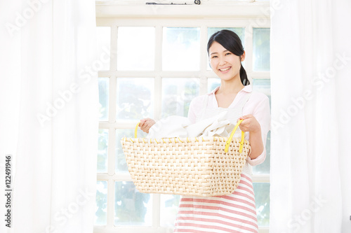 Fotografía  笑顔の女性 洗濯