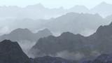 spokojny krajobraz z niską pełzającą mgłą w górach - 122493568