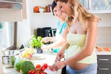 Freundinnen Machen Salat, Eine...