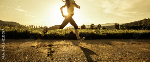 Montage in der Fensternische Jogging Fit woman running fast