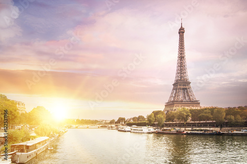 Poster Tour Eiffel Romantic sunset background. Eiffel Tower with boats on Seine river in Paris, France.