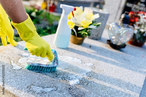Photographie A woman cleans the grave.