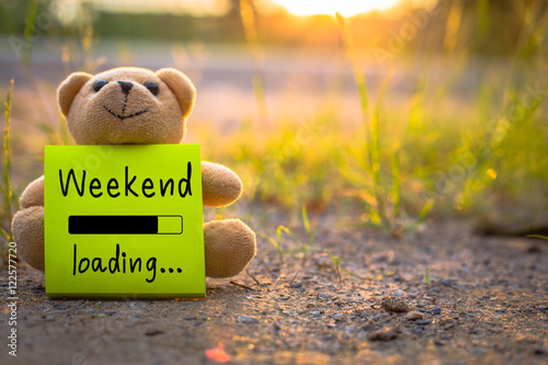 Fotomural Happy Weekend on sticky note with teddy bear on nature background