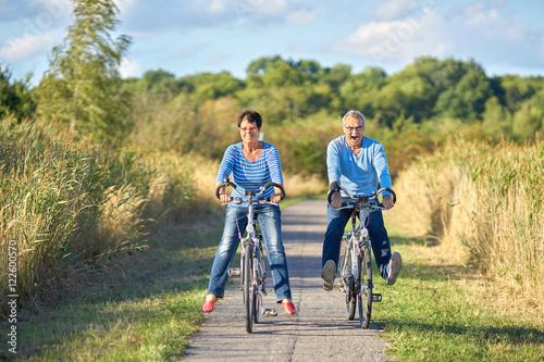 Zdjęcie XXL Dwaj seniorzy lubią jazdę na rowerze w przyrodzie
