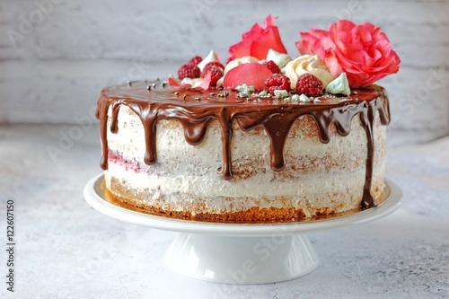 ciasto-czekoladowe-z-swiezymi-rozami