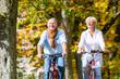 Senioren auf Fahrrad machen Tour im Park