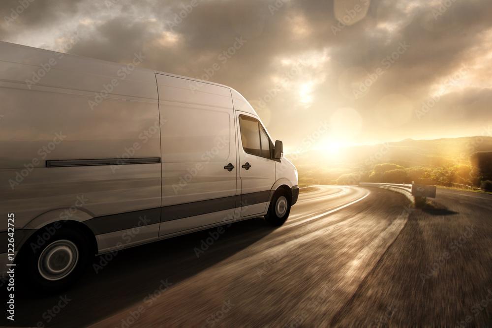 Fototapety, obrazy: Lieferwagen fährt im Sonnenuntergang