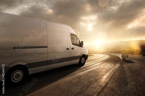 Foto Lieferwagen fährt im Sonnenuntergang