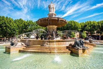 Fontain de la Rotonde z trzema rzeźbami kobiecych postaci przedstawiających Sprawiedliwość w Aix-en-Provence we Francji