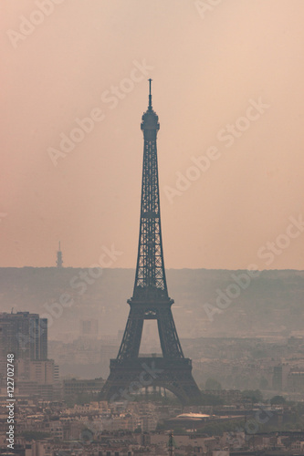 Papiers peints Paris Silhouette of Eiffel Tower on Hazy Day