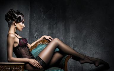 Młoda i seksowna kobieta relaksuje w erotycznej bieliźnie