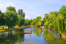 A Picturesque View Over The River Cam In Cambridge. Cambridge Is A University City And The County Town Of Cambridgeshire, England, North Of London.