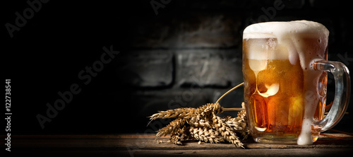 Foto auf Leinwand Bier / Apfelwein Beer in mug on table