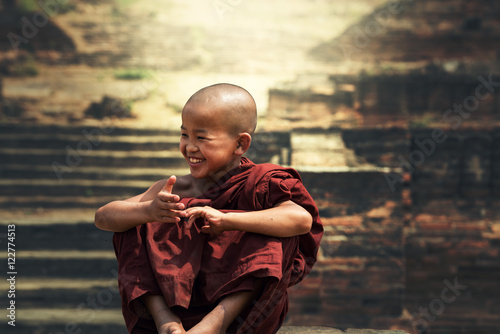 Smiling young Buddhist monk Fotobehang