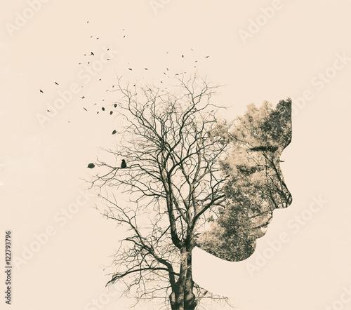 Portret podwójnej ekspozycji młodej kobiety i jesienne drzewa.