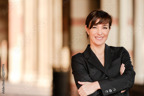 Photo Confident Businesswoman Professor Arms Crossed on Campus