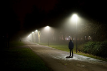 Einsame Person Geht Auf Straß...