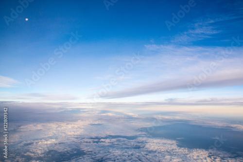 Plakat Niebieskie niebo z białymi chmurami, powietrzna fotografia