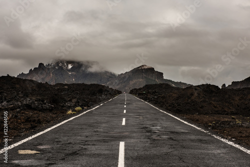 Photo  Asphalt road in volcanic desert Tenerife, Canary